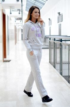 Niezwykle wygodny komplet sportowy, składający się z: długich, prostych spodni z dwiema kieszeniami oraz bluzy z kapturem wkładanej przez głowę. Oryginalnie zapakowane z kompletem metek. Wykonane z najlepszych materiałów. Modny design i niepowtarzalny wygląd.