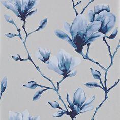 Magnifik magnolia i silver och blått från kollektionen Palmetto 110881. Klicka för att se fler inspirerande tapeter för ditt hem!