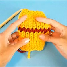 Here's a concise version of the tutorial about Kitchener stitch. It shows in quick steps how to seamlessly join two sets of open stitches using a wool needle and a long yarn tail. The whole video is l Knitting Stiches, Knitting Videos, Easy Knitting, Knitting For Beginners, Knitting Needles, Knitting Projects, Crochet Stitches, Knitting Patterns, Crochet Patterns