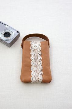 コンパクトなデジカメ入れにもぴったりなポーチ。/切って、貼って、縫って 本格革小物(「はんど&はあと」2012年10月号)
