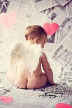 Preciosa fotografía de un bebe con alitas de ángel.