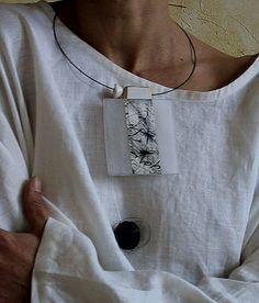 AMALTHEE CREATIONS Pendentif en bois recyclé et plexi dépoli, papier encre de Chine, perle noire en papier mâché, tour de cou en fibre de carbone