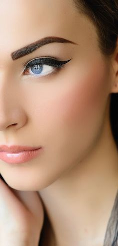 The contrast of the defined brow with the cat eye is phenomenal!