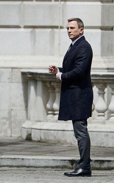 Gentleman Style 843510205187576584 - Daniel Craig filming Spectre Source by alaindjezar Daniel Craig Style, Daniel Craig James Bond, Daniel Craig Suit, Estilo James Bond, James Bond Style, Craig Bond, Daniel Graig, James Bond Movies, Rachel Weisz