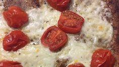 Je maakt deze 'pizza-wrap' echt supersnel. Heerlijk tijdens de lunch. En lekker dat ie is! Nou moet ik wel eerlijk bekennen, dat ik ook eerst wat bedenkelijk keek toen ik de 'pizza-wrap' uit de oven haalde. Ik had er twee gemaakt, één voor mij en één voor mijn zoon. Terwijl mijn zoon alvast begon te….... lees verder