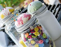 Pin Cushion and Sewing Storage from Mason Jars - 150 Dollar Store Organizing Ideas and Projects for the Entire Home- Make out of Mint tins Mason Jars, Pot Mason, Mason Jar Gifts, Diy Home Crafts, Jar Crafts, Sewing Crafts, Diy Para A Casa, Little Miss Momma, Diy Rangement