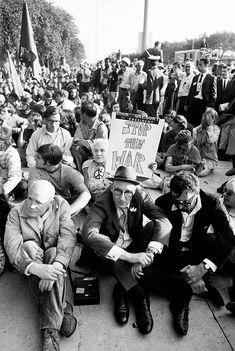 These Photos Show the Wildness of the Democratic Convention in Chicago Beat Hotel, Chicago Police Officer, August Strindberg, Beat Generation, Beatnik, New Politics, Interesting History, Vietnam War, Popular Culture