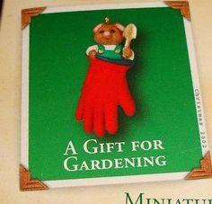 "2002 HALLMARK Miniature "" A GIFT FOR GARDENING "" Little Mouse ORNAMENT - NIB"