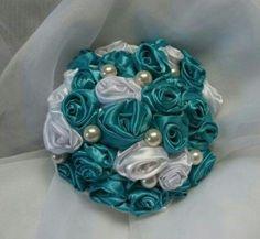 Buquê feito em cetim, e pérolas, cabo de cetim, delicado, flores feitas em tecido cetim, ideal para daminha, ou para jogar para suas convidadas.