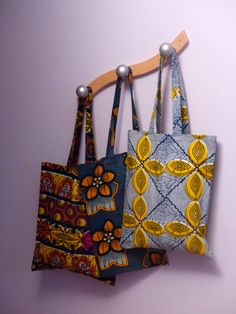 This tote bag with blue and yellow lines is ideal for small races or to carry its business very simply. With its fabric geometric pattern, it will be perfect to brighten up any day of the year. Wax bag x Long handles (about Sacs Tote Bags, Ankara Bags, African Accessories, African Jewelry, African Crafts, Creation Couture, Patchwork Bags, Fabric Bags, African Fabric