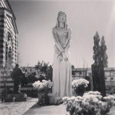 Nel 1921 nasceva la casa editrice Arnoldo Mondadori Editore. Il suo fondatore Arnoldo (1889-1971) e il figlio Giorgio (1917-2009) sono sepolti al Cimitero Monumentale. La statua del Cristo è firmata Francesco Messina