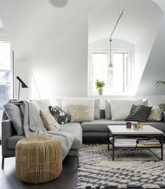 sofa grau ecksofa wohnzimmer einrichten ideen beistelltisch dachschräge