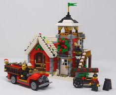 I'm doing a Winter Village display at a show in November, so my Christmassy building is stretching unusually early this year! This is my latest model - a W. Lego Christmas Sets, Lego Christmas Village, Christmas Cards Handmade Kids, Lego Winter Village, Christmas Scenery, Lego Gingerbread House, Casa Lego, Cool Things To Build, Lego Pictures