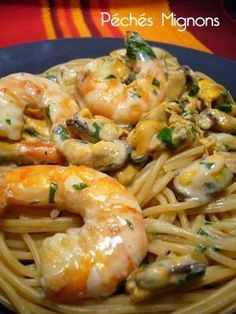 SPAGHETTIS AUX MOULES & CREVETTES (Pour 3 P : 250 g de spaghettis au blé complet, 1.2 kg de moules fraîche, 300 g de crevettes crues, 5 cl de vin blanc, 10 cl de crème liquide, 1 c à s de persil haché, 2 c à c d'huile d'olive, 1 pincée de piment d'Espelette, sel)