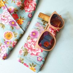 """kokechic4 Dans la série accessoires d'été, après le méga sac de plage et le sac rond, voici l'étui à lunettes pour prendre soin de mes petites nouvelles ! Merci @patrons_sacotin pour ce tuto """"Mirettes"""" très bien expliqué. Et merci @noemie_marchat pour le joli tissu offert à Noël. #tutocouture #mirettes #sacotin #prym"""