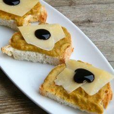 Crostoni con crema di friggitelli, pecorino e gelatina di aceto balsamico. Condivisa da: http://blog.giallozafferano.it/cucinalaura