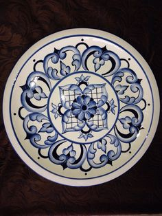 Pintura cerâmica Plate Wall Decor, Plates On Wall, Pottery Painting, Ceramic Painting, Norwegian Rosemaling, China Clay, Art Nouveau Tiles, Blue And White China, Hamsa