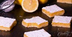 Ak Vás prepadne chuť na osviežujúci dezert, určite skúste tieto citrónové rezy. Chute sú veľmi vyvážené, pikantná citrónová kôra a lahodné maslové cesto.