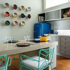 """Boa ideia para guardar as frutas e verduras na cozinha  Baldes de inox fixados na parede  #ahlaemcasa #cozinha #boaideia #balde #baldeinox…"""