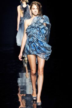 Yiqing Yin Collection Fall 2012 Couture flower petals that move