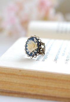 Navy Blue Ivory Rose Cameo Ring viktorianischen Stil von LeChaim