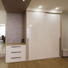 глянцевый шкаф-купе с комодом Wardrobe Design Bedroom, Wardrobe Furniture, Wardrobe Cabinets, Cabinet Furniture, Bedroom Furniture, Furniture Design, Bedroom Decor, Dressing Design, Sliding Wardrobe Doors