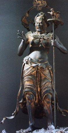 【京都・三十三間堂/摩醯首羅王(二十八部衆)(鎌倉)】木造彩色、玉眼。161cm。ヒンズー教のシヴァ神。大自在天ともいう。上半身裸で右手は肩の高さへ上げて掌を開き、左手は頂部に鳥が付いた杖を握る。驚きに近い忿怒の表情を浮かべる。