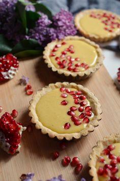 Tarte cu rodie si crema de vanilie - Mihaela Toader Something Sweet, Cheesecake, Desserts, Food, Design, Pie, Tailgate Desserts, Deserts, Cheese Cakes