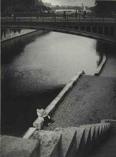 firsttimeuser: Couple kissing under the Pont au Double, Paris, c. 1935 photo by Brassai