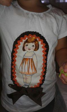 Camiseta combinando marrón y naranja