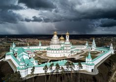 New Jerusalem (outside Moscow) Byzantine Architecture, Russian Architecture, Large Cat Breeds, Terrace Garden, Kirchen, Wonderful Places, Statue Of Liberty, The Good Place, Cathedral