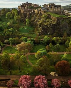 Edinburgh Castle Scotland 📷 by @mikhoshka | via : @castellidelmondo on IG.