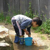 Lekker knoeien met water in natuurspeeltuin de Speeldernis in Rotterdam.