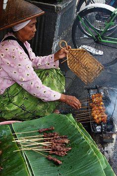 Saté bakken op traditionele wijze. Indonesisch eten is zo lekker!  At Yogyakarta's Pasar Beringharjo. '88 huwelijksreis naar Indonesië met een start in Singapore, daarna Sumatra, Java, Lombok, Bali en Sulawesi. Wat een ervaring!