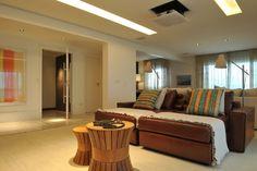 Integrado no living, o home theater (24 m²) idealizado pela arquiteta Deborah Roig tem forro que não só acomoda as caixas de som, como embute uma iluminação difusa, que não ofusca a vista dos usuários ou o projetor. No piso, o tapete traz mais aconchego à área