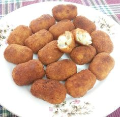 Cheesy potato shotz are a flavorsome union of potatoes,cheese and herb seasoning,coated in crunchy golden breadcrumbs.They look delicious and make mouthwatering snack for a party. :)also they are very easy . Turkish Recipes, Greek Recipes, Dog Food Recipes, Cake Recipes, Vegetarian Recipes, Cooking Recipes, My Favorite Food, Favorite Recipes, Potato Snacks