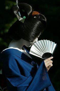 mameyo, geiko / geisha of ponto-chō Kimono Japan, Japanese Kimono, Samurai, Geisha Art, Memoirs Of A Geisha, Traditional Japanese Art, Turning Japanese, Japan Art, Japanese Beauty
