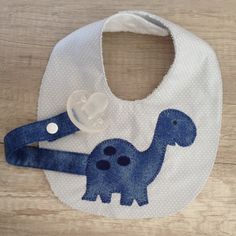 Babador prende chupeta Baby Sewing Projects, Sewing For Kids, Sewing Crafts, Baby Girl Quilts, Girls Quilts, Baby Bibs Patterns, Sewing Patterns, Bib Pattern, Baby Presents