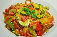 Zucchini-Möhren-Nudeln mit einer cremigen Sauce