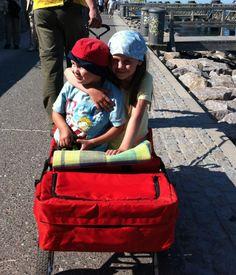 Mit dem Bollerwagen und Kind unterwegs