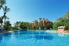 L'hôtel Sémiramis appartient à la catégorie des 5 étoiles. Ce luxueux hôtel dispose de 180 chambres de très haut standing. Chacun des logements, possède sa propre salle de bain, sa TV satellite et les commodités d'usage relatives à sa catégorie.
