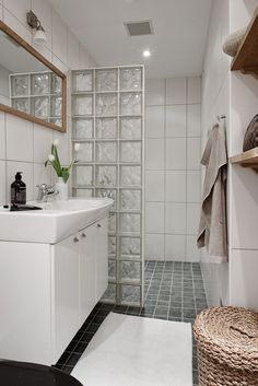 30 Classy Bathroom Design Ideas With Little Space Small Bathroom Decor, Bathroom Interior, Small Bathroom Makeover, Bathroom Decor, Small Bathroom Remodel, Bathrooms Remodel, Bathroom Design Luxury, Bathroom Design Small, Glass Block Shower