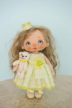 Diese Kunst-Puppe in gelb-grünen Kleid ist OOAK (eine Art). Es besteht aus Baumwolle und hohle Faser-Füllstoff, Haare sind natürliche Angora-Ziege. Es hat schöne handgemachte Lederschuhe, elegantes gelb-grünen Kleid und Krone im Haar. Kopf, Hände und Beine bewegen. Alle Kleidungsstücke und Schuhe sind abnehmbar. Sie können sanft ihre Frisur ändern. Gesicht ist mit Acryl und Pastell gemalt. Fläche ist ca. 9 Zoll 23 cm. Dies ist handgefertigte Interieur dekorative Puppe, es erfordert…
