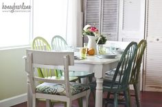 Love Honeybear Lane's painted kitchen table with mismatched chairs. Lovely! #kitchen