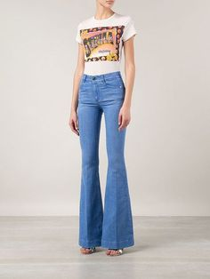 Flared Jeans | 8 Spring Fashion Essentials, check it out at http://makeuptutorials.com/spring-fashion-essentials-makeup-tutorials Rocker Look, 70s Fashion, Fashion Killa, Spring Fashion, Street Fashion, Fashion Essentials, Makeup Essentials, Best Jeans, Denim Pants