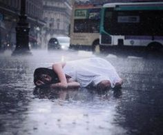 girl crying in the rain   Showing (19) Pics For Girl Crying Alone In The Rain...