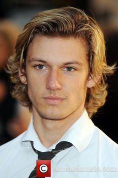 alex pettyfer with yet longer hair could be DAVEITHE Alex Pettyfer, Richard Pettyfer, Boy Haircuts Long, Teen Boy Hairstyles, Haircuts For Men, Surfer Hairstyles, Funky Hairstyles, Formal Hairstyles, Blonde Jungs