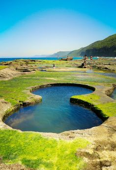 These bizarre figure eight–shaped pools are hidden in the Royal National Park in Sydney, Australia. While they might look man-made, the formations are entirely natural and can only be...