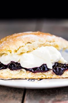 Slather them in butter or serve them hot with fresh cream and jam. This recipe for Just Plain Easy Homemade Scones is the best treat you could ask for. Homemade Scones, Australian Food, Australian Scones Recipe, Cupcakes, International Recipes, Sweet Recipes, Breakfast Recipes, Brunch Recipes, Good Food
