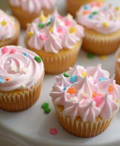 Un clásico de la repostería: cupcakes de vainilla livianos y esponjosos, decorados con una glaseado de merengue